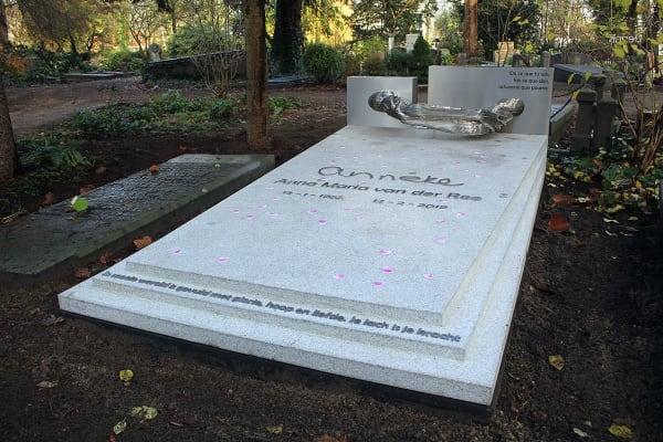 grafkunst grafzerk bijzonder monument voor echtgenote op begraafplaats zorgvlied