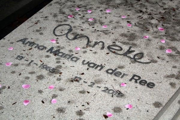 RVS Naam in eigen handschrift op grafzerk op begraafplaats zorgvlied