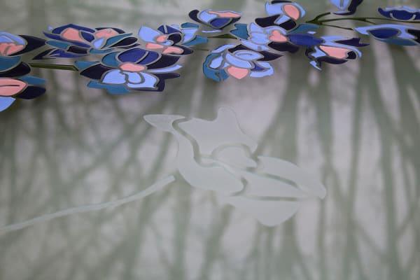 ridderspoor en klaproos bloemen in glazen grafsteen