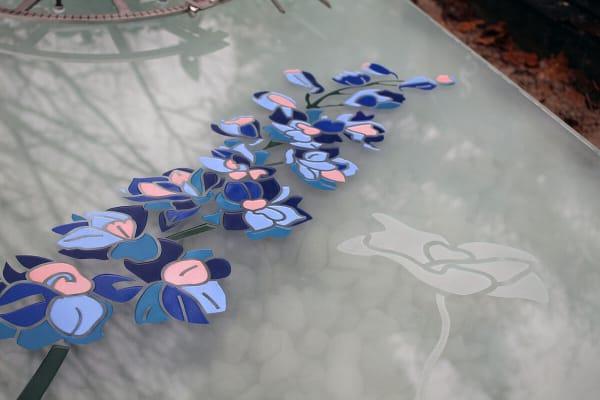 detail ridderspoor bloemen in glazen grafmonument