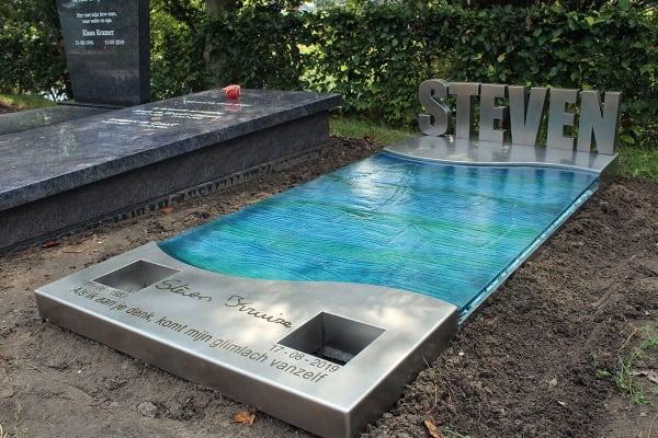 grafkunst monument met blauw glas
