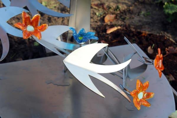 grafsteen baby met bloemen en vogels