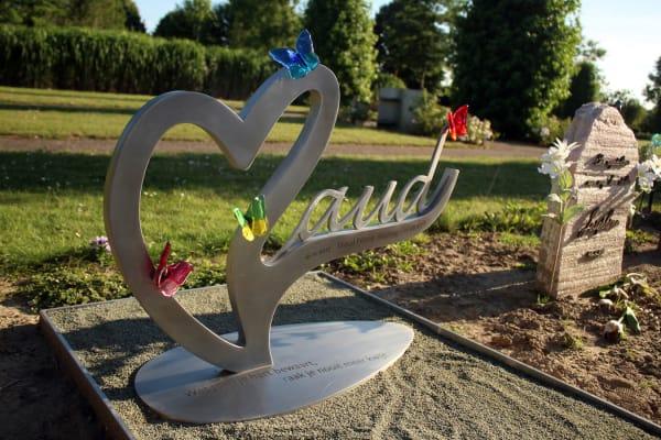 grafsteen baby -Kindergrafmonument met glazen vlinders
