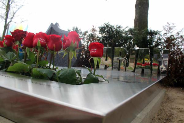 Deatil eigentijds grafmonument met rozen