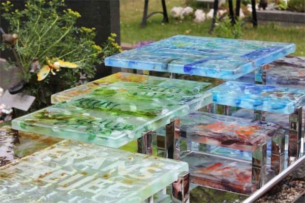 Abstract – glazen Grafmonument met gekleurde blokken glas voor partner