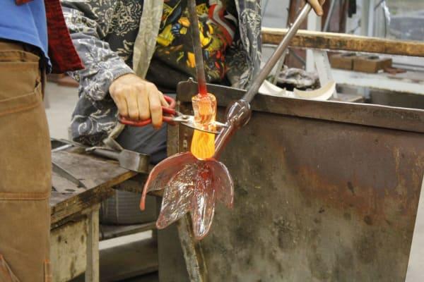 Glasblazen glazen bloemen voor grafmonument jonge vrouw