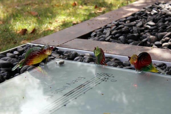 Kunstzinnige glazen grafzerk met details vogeltjes voor partner