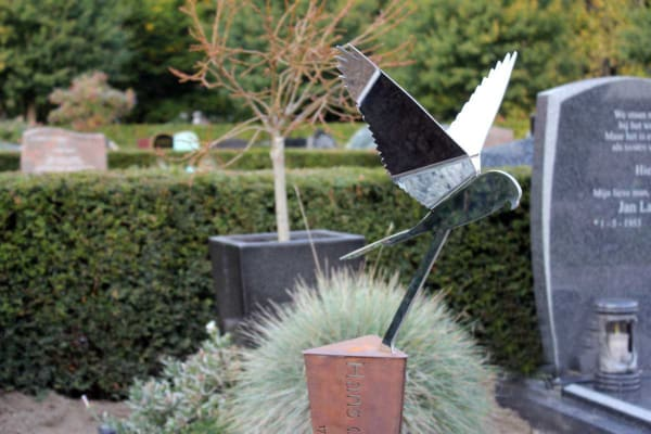 Eigentijds gedenkteken met RVS vogel voor echtgenoot/partner
