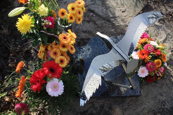 prachtig gedenkteken urnengraf vogel