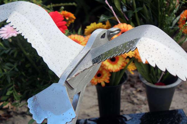 prachtige vogel gedenkteken urnengraf