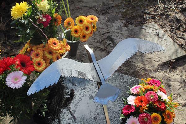 gedenkteken urnengraf grafkunst vogel