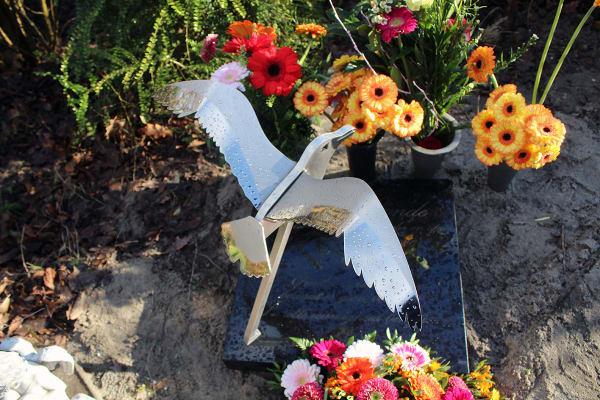 gedenkteken urnengraf met vogel