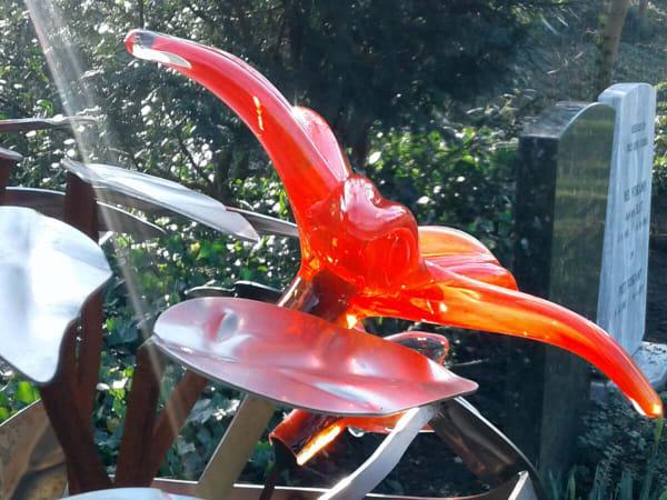 Detail prachtige gekleurde rode glazen bloem grafmonument voor partner