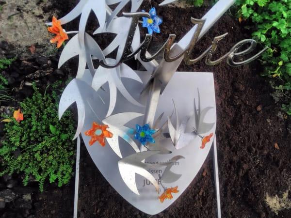 grafsteen baby met vogels en glazen bloemen