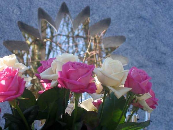eigentijds zonnebloem grafmonument met bloemen voor partner echtgenoot
