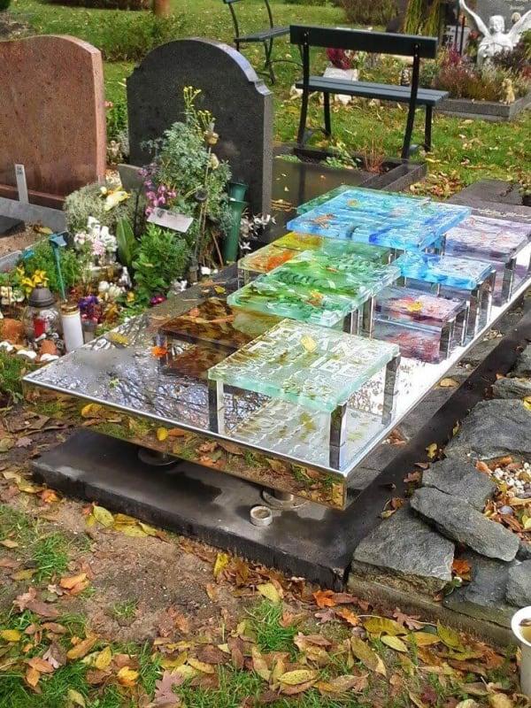 Artistiek Gedenkteken met gekleurde blokken glas en RVS voor partner