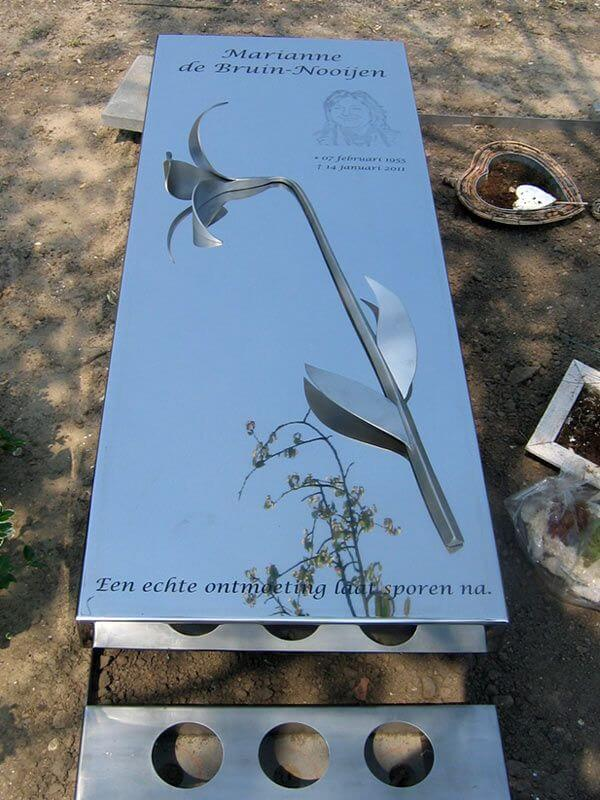 bovenzicht RVS grafmonument-met-lelie