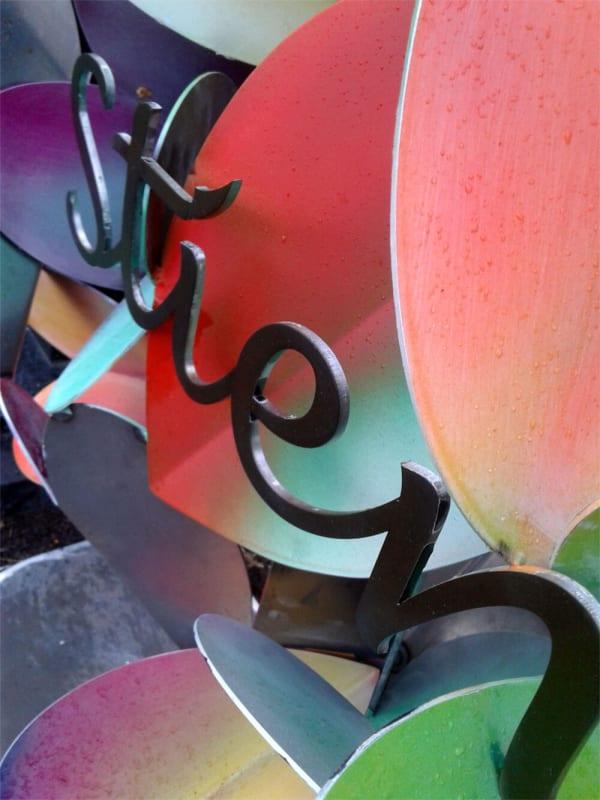 Detail-kunstzinnig-gedenkten-voor-moeder-corten-staal-met-vlinders-harten