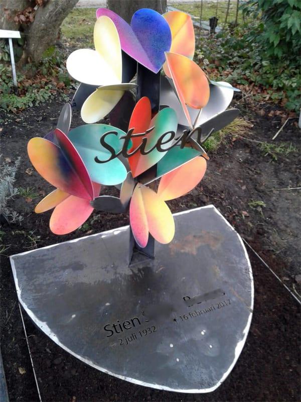 artistiek-gramonument-voor-moeder-met-gekleurde-vlinders-corten-staal