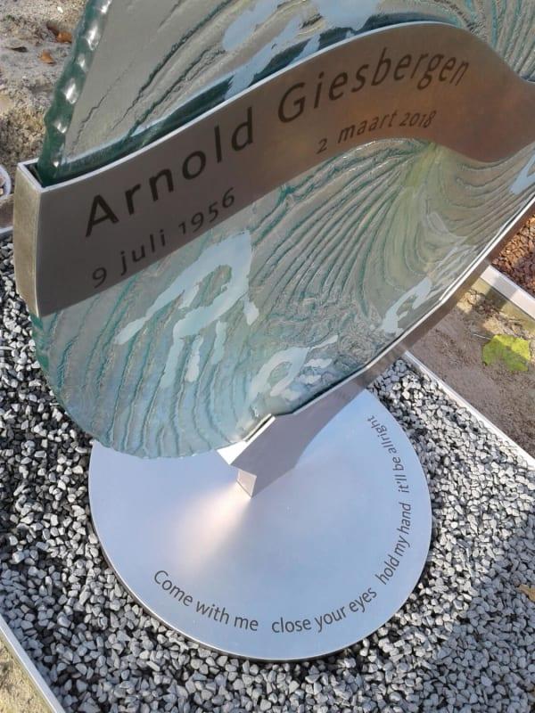 glazen grafsteen met RVS en handafdrukken