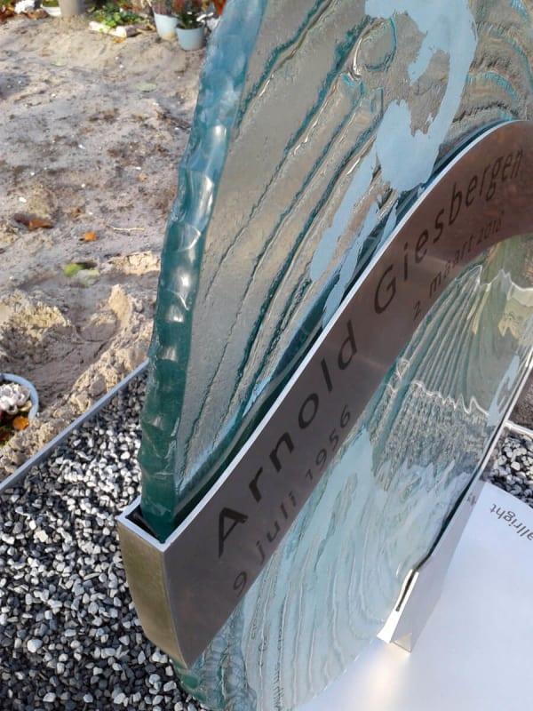 grafmonument glas met handafdrukken en RVS