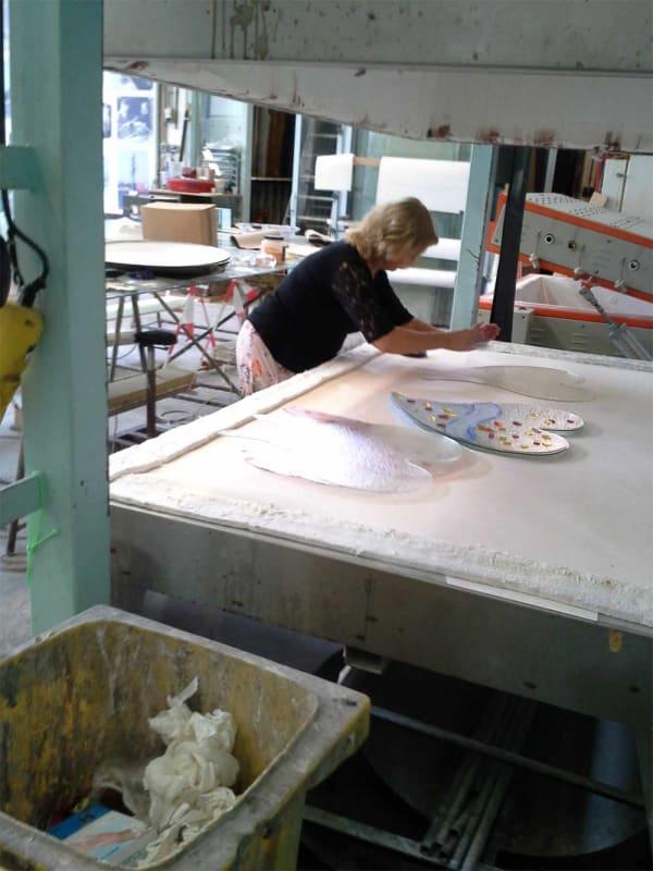 Werk aan kleurrijk Grafmonument met samengesmolten harten voor partner en ouder