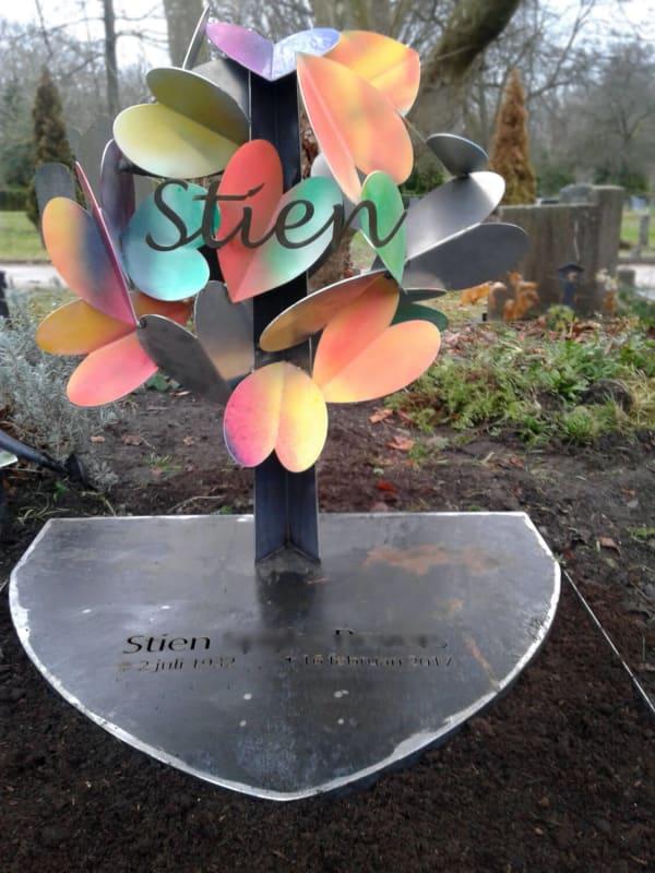 artistiek-grafmonument-voor-ouders-corten-met-vlinders-harten