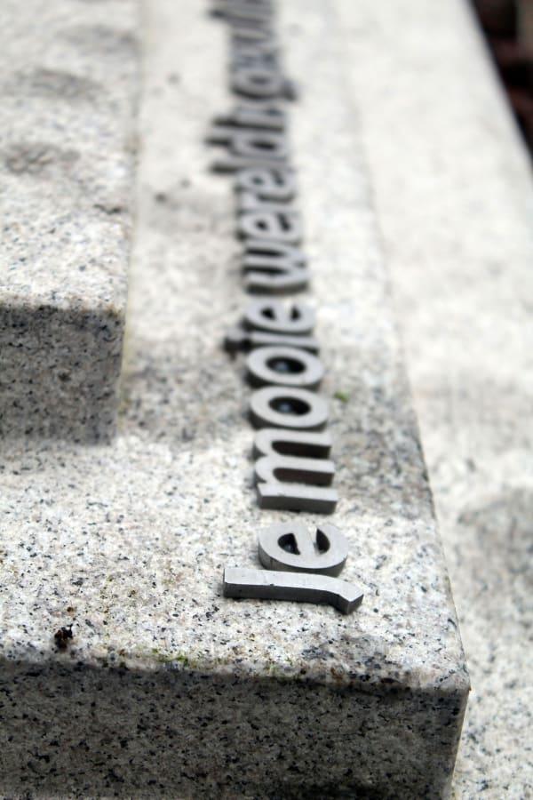 Detail rvs letters op grafsteen op begraafplaats zorgvlied
