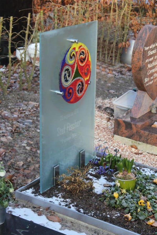 Kunstzinnig – glazen Grafsteen met gekleurde cirkel voor kind