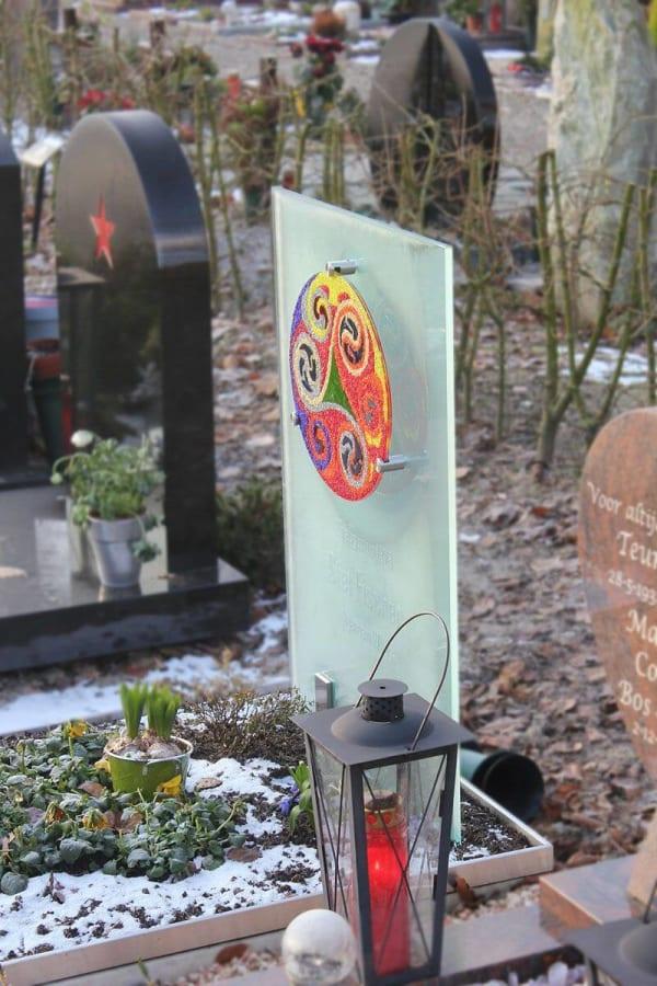 Kunstzinnig – glazen grafmonument met gekleurde cirkel voor kind
