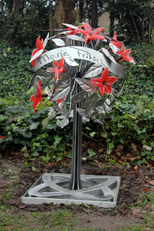Modern en artistiek RVS grafmonument met prachtige gekleurde glazen bloemen voor partner