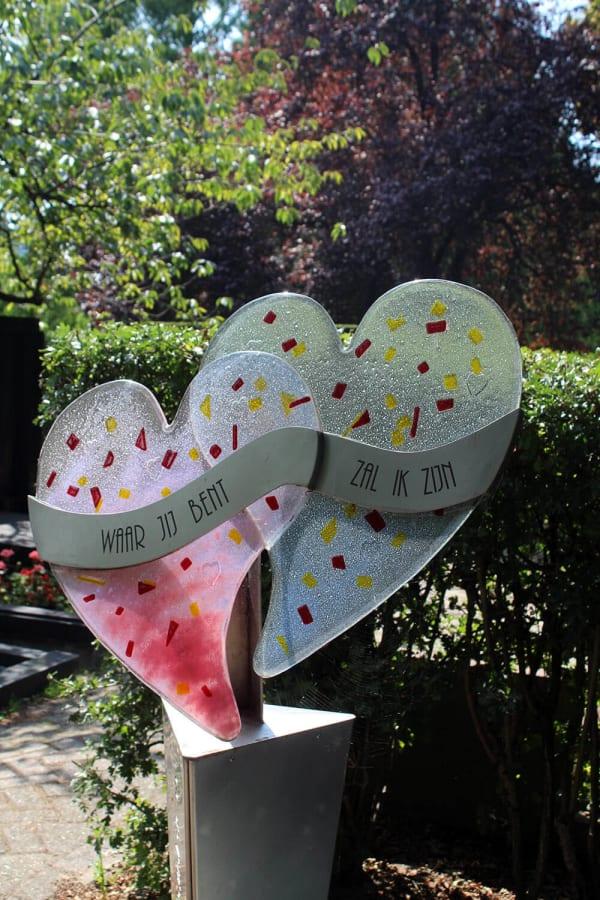 grafsteen glas -harten van glas op een graf