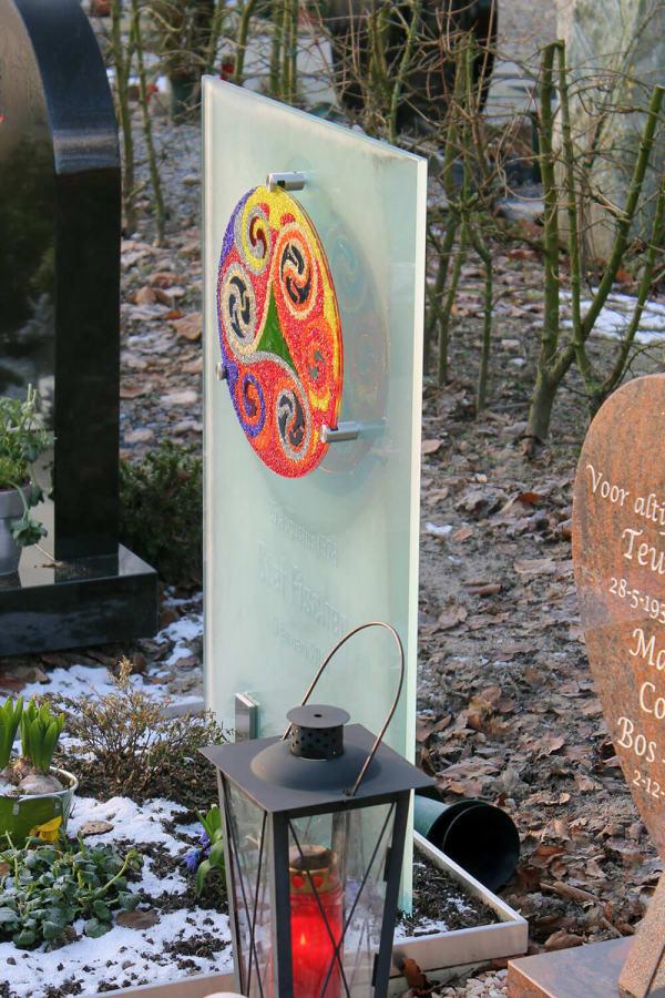bijzonder glazen grafmonument van glas voor jongeman