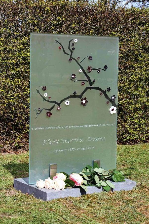 glazen grafsteen met bloementak