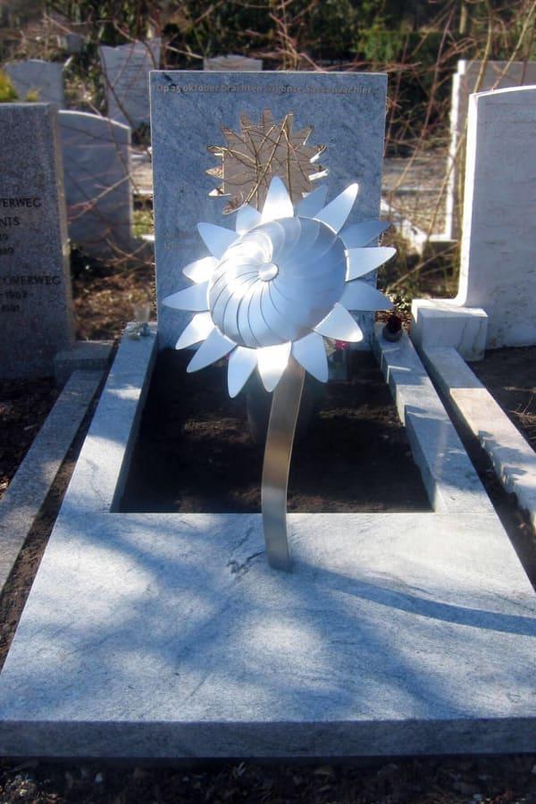 moderne grafsteen met RVS zonnebloem