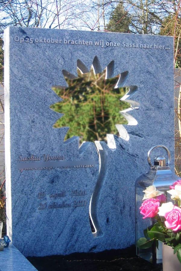 moderne grafsteen met bloem