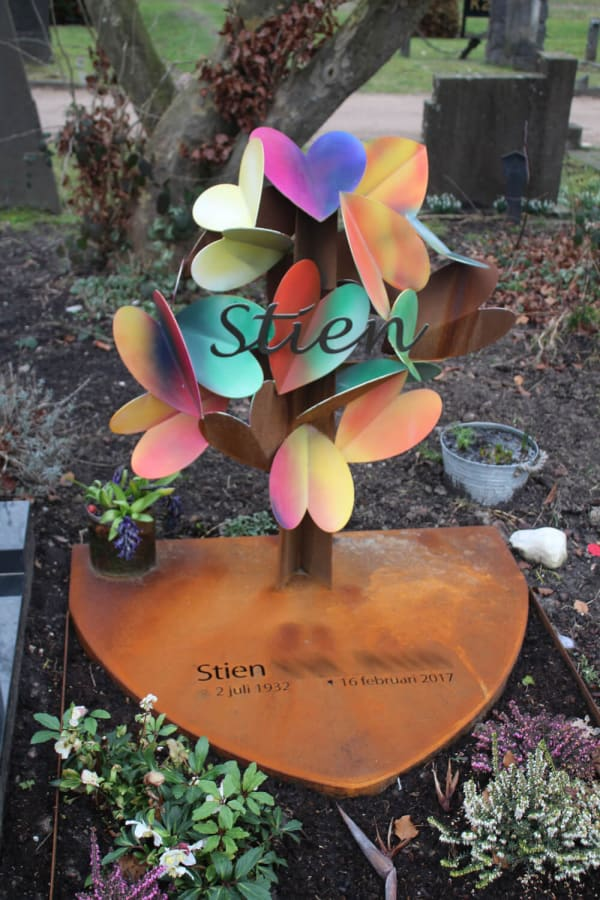 kunstzinnig-gedenkteken-ouders-met-gekleurde-harten-en-corten-staal