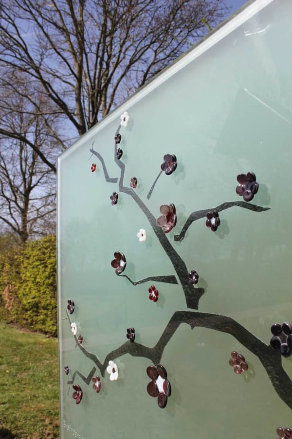 Detail van Artistiek glazen grafmonument met Japanse bloesem voor partner