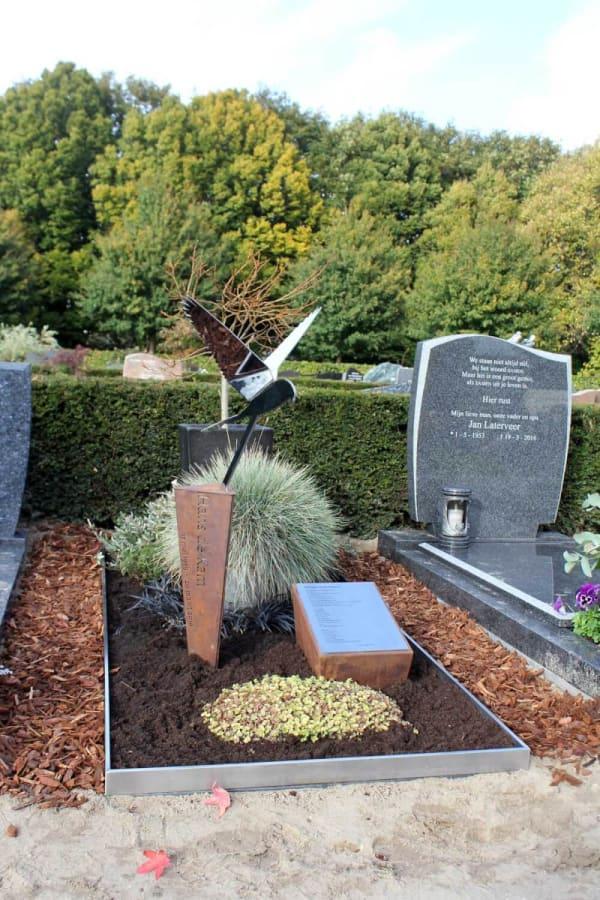 Modern gedenkteken met RVS vogel valk op bijzondere zuil