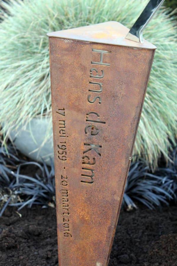 Bijzondere corten zuil op graf voor echtgenoot/partner