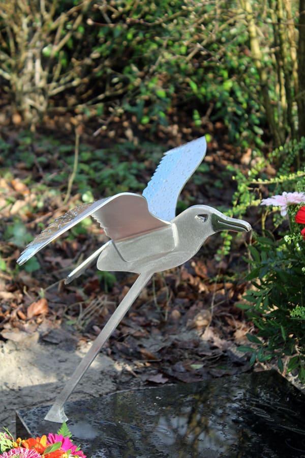 stoere albatros als rvs grafkunst op urnengrafsteen