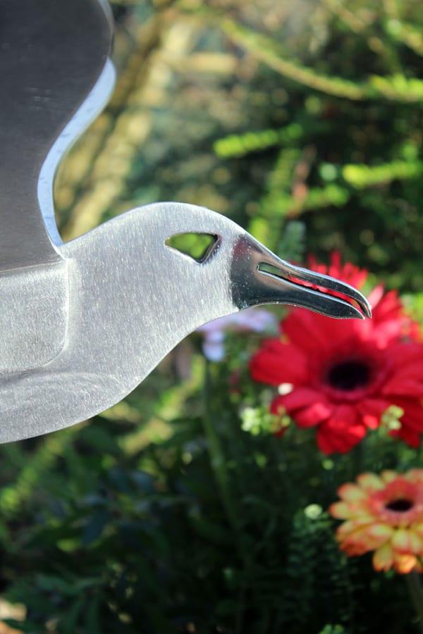 detail rvs gedenkteken albatrosurnengraf