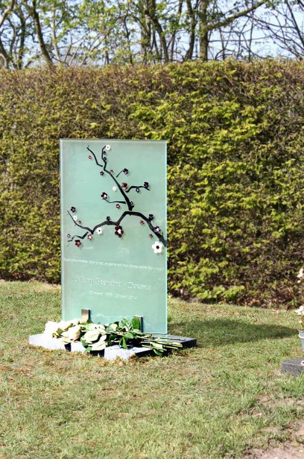 Artistiek gedenkteken van glas met Japanse bloesemtak voor partner