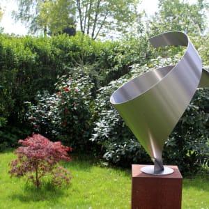 Modern -rvs-sculptuur-omarming
