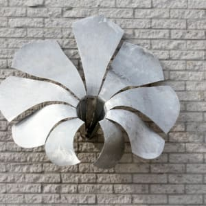"""Wansculptuur """"flower"""" buiten van aluminium"""
