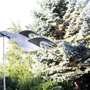 rvs-sculptuur van een vlucht-vogels