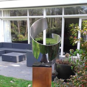 abstract RVS kunstwerk geplaatst in tuin