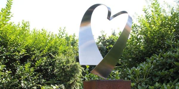 abstract RVS-sculptuur-van-een hart