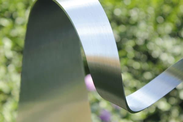 details van abstract RVS-sculptuur-van-hart