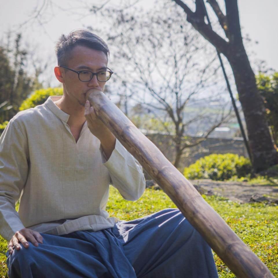 吹澳洲木管Didgeridoo